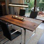 Esstisch mit Edelstahlgestell und Bohlen als Tischplatte aus 250 Jahre alten Eiche