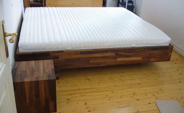 Bett aus nu baum konzepte aus holz for Bett nussbaum